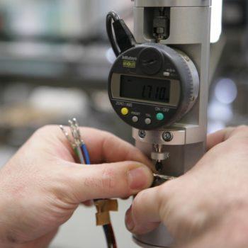 controllo dello spessore di aggraffatura con micrometro