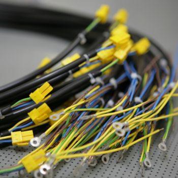 Cablaggi elettrici con connettori colorati